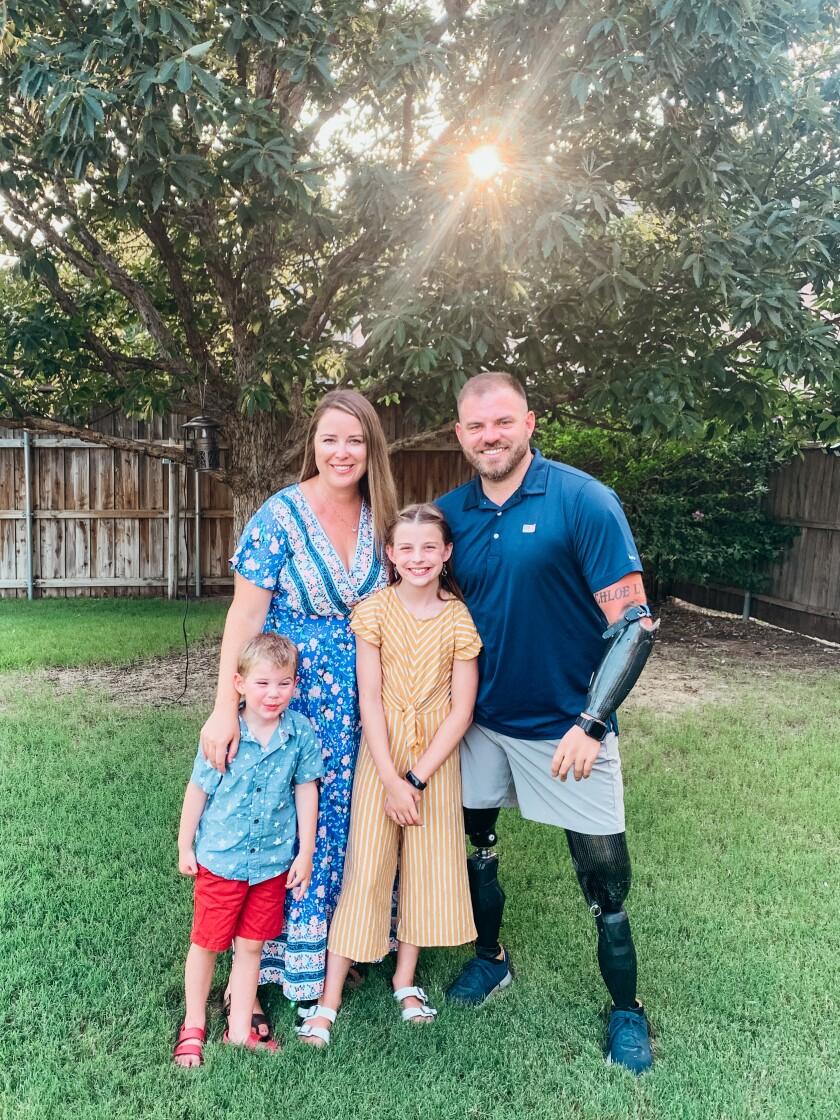 تراویس میلز با همسرش کلسی میلز و فرزندانش.