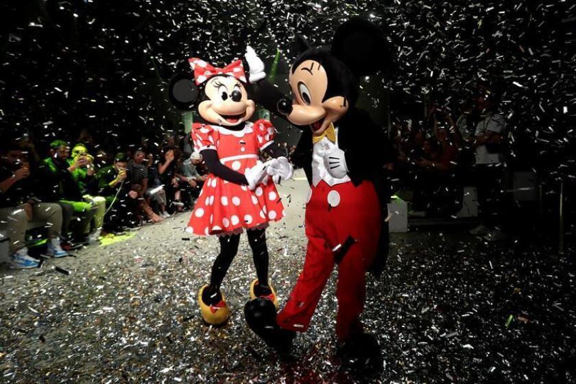 Icono de la cultura popular y de vasta influencia en el imaginario del planeta, Mickey Mouse cruza el umbral de los 90 sin vestigio de achaques, renovado y junto a su eterna compañera Minnie, también desde el domingo una nonagenaria vital. EFE/ARCHIVO