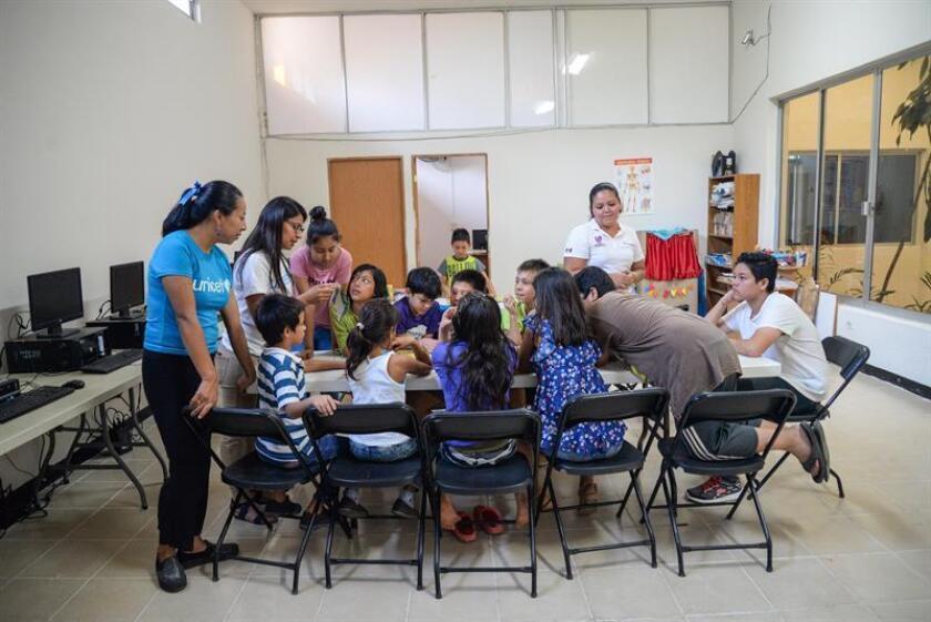 Personal del albergue Centro de Día interactúa con niños integrantes de la caravana de migrantes hondureños en la ciudad de Tapachula, en el estado de Chiapas (México). EFE/Archivo