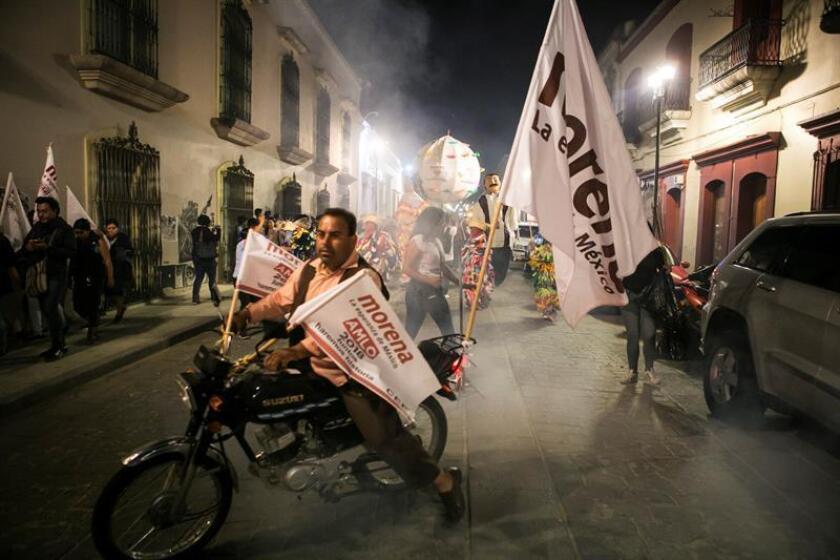 Simpatizantes del virtual presidente de México, Andrés Manuel López Obrador celebran en la ciudad de Oaxaca (México) el triunfo de Andrés Manuel López Obrador en las elecciones presidenciales. EFE/Archivo