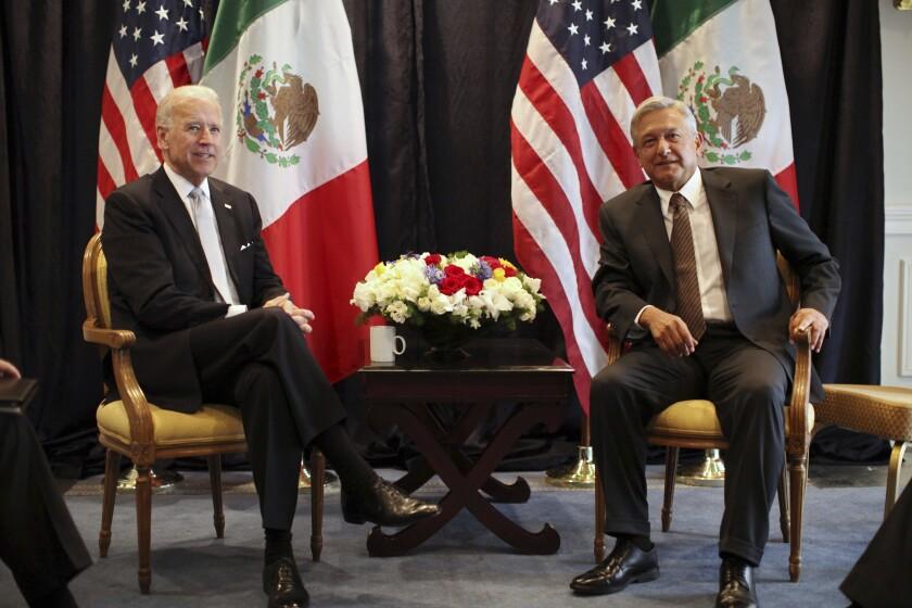 ARCHIVO - El entonces vicepresidente de Estados Unidos Joe Biden, izquierda