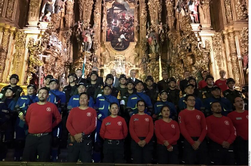 La Arquidiócesis Primada de México homenajeó a rescatistas de la Secretaría de Marina, el Ejército y la brigada Topos Tlatelolco por su participación en los sismos de septiembre pasado.