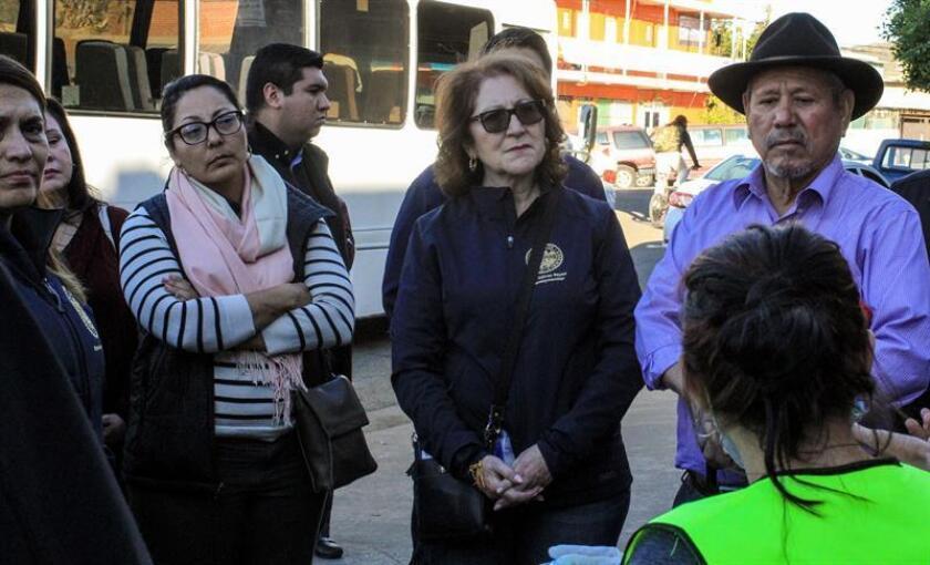 Unos diez miembros que representan distintas áreas del Senado de California en Estados Unidos visitan el albergue que hospeda cien centroamericanos de la caravana migrante, el pasado jueves, 3 de enero de 2019, en Tijuana (México). EFE