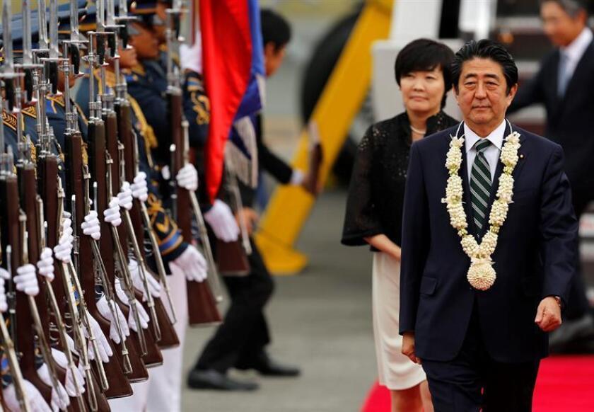 El presidente, Donald Trump, se llevará este fin de semana al primer ministro japonés, Shinzo Abe, a su mansión de Mar-a-Lago en Florida, después de recibirlo el viernes en Washington, con el objetivo de destacar la estrecha alianza entre los dos Gobiernos, según confirmó hoy la Casa Blanca. EFE/ARCHIVO