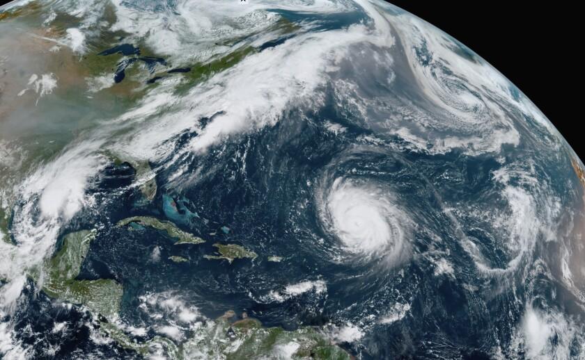 En esta imagen del satélite GOES-16 tomada el viernes 18 de septiembre de 2020, se ve al huracán Teddy en el centro del Atlántico, a la depresión tropical 22, a su izquierda en el Golfo de México, los remanentes de Paulette, arriba a la derecha y a la tormenta tropical Wilfred, abajo a la derecha. (NOAA via AP)