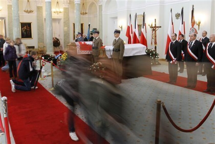 Poles continue to pay their final respect to the presidential couple lying in state on Friday, April 16, 2010 in the Presidential Palace in Warsaw, Poland.  Polish President Lech Kaczynski who was killed in a plane crash in Russia is going to be buried in Krakow on Sunday.   (AP Photo/Ferdinand Ost
