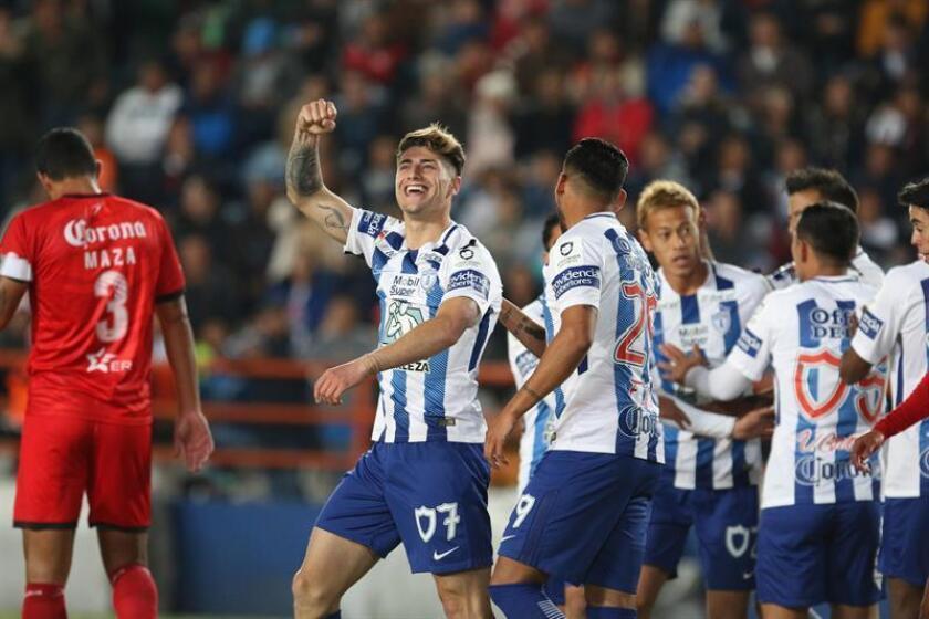 El jugador Angelo Sagal (2i) de Pachuca celebra la anotación de un gol durante el encuentro que se celebra en el estadio Hidalgo de la ciudad de Pachuca (México). EFE