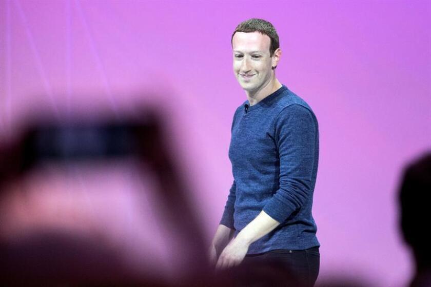El fundador de Facebook, Mark Zuckerberg, pronuncia su discurso durante la Convención VivaTech 2018 en París, Francia, el 24 de mayo de 2018. EFE/Archivo