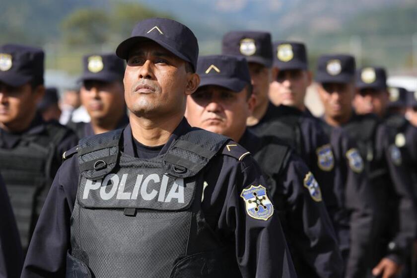 """Las """"medidas extraordinarias"""" de seguridad implementadas en El Salvador desde el pasado mes de abril deben ser revisadas a causa de los altos índices de brutalidad policial, aseguró hoy la procuradora de derechos humanos, Raquel Caballero."""