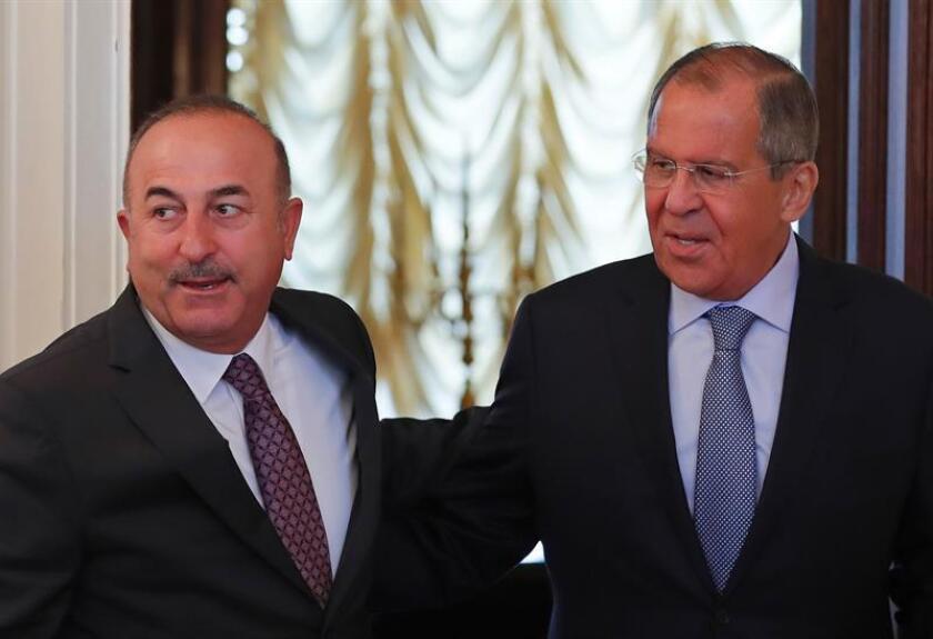 El ministro de Exteriores ruso, Serguéi Lavrov (dcha), recibe a su homólogo turco, Mevlut Cavusoglu (izq), en Moscú (Rusia). EFE/Archivo