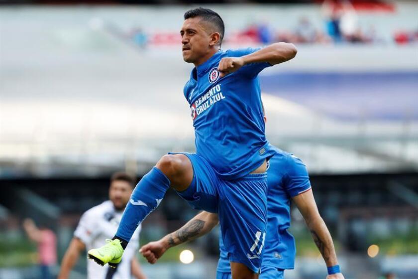 El jugador de Cruz Azul Elías Hernández celebra una anotación el sábado 26 de enero de 2019, durante un partido de la jornada cuatro del Torneo Clausura 2019, en el Estadio Azteca en Ciudad de México (México). EFE/Archivo