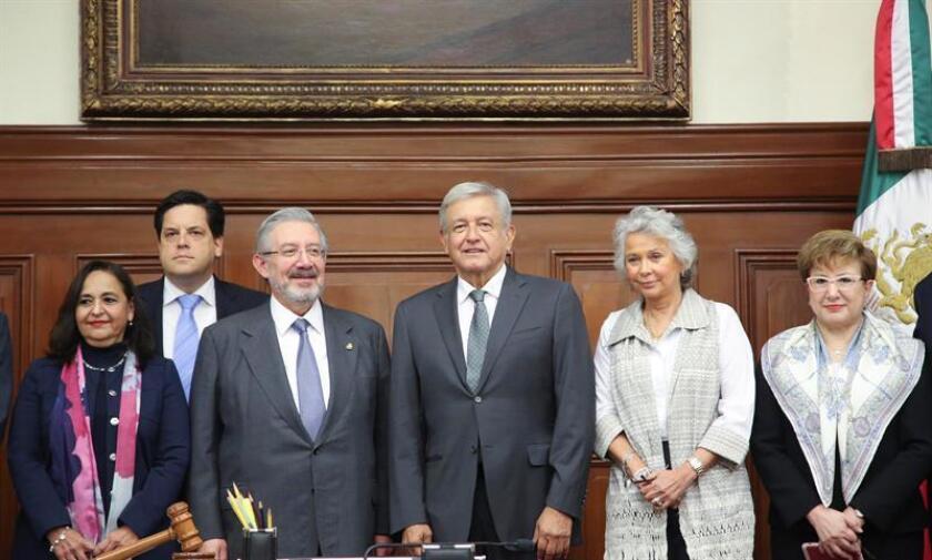 El presidente electo de México, Andrés Manuel López Obrador (c), posa para una foto con los 11 ministros de la SCJN hoy, viernes 10 de agosto de 2018, en el edificio sede de esta institución, en Ciudad de México (México). EFE/Prensa AMLO/SOLO USO EDITORIAL