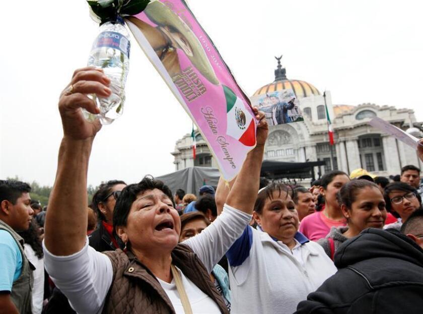 Cientos de miles de personas han desfilado hasta ahora ante la urna con las cenizas del cantante y compositor mexicano Juan Gabriel en el homenaje que se le rinde en el Palacio de Bellas Artes, que mantendrá sus puertas abiertas esta noche para que sus admiradores puedan despedirse de él.