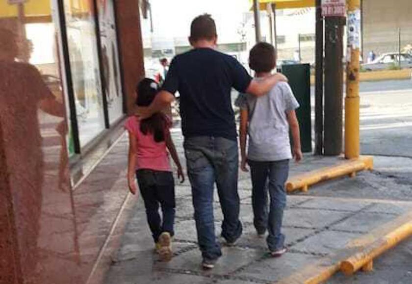 Esta fotografía, cortesía de la migrante guatemalteca Lucía, muestra a su esposo René con su hija de siete años y su hijo de 11 mientras caminan en busca de un lugar para dormir en Monterrey, México.