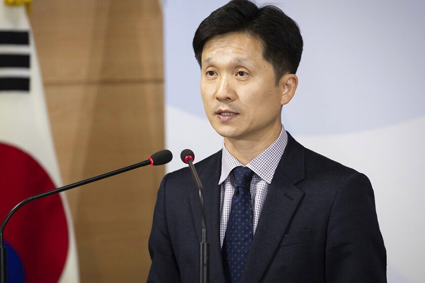 Lee Sang-min, a Seoul Unification Ministry spokesman, said South Korea determined that accepting the two men would be a threat to public safety.
