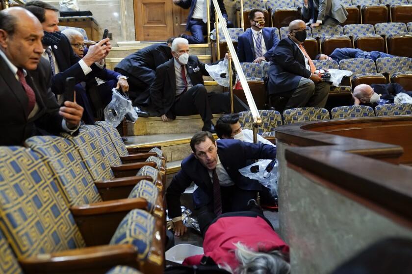 Unas personas se refugian en la galería de la Cámara de Representantes