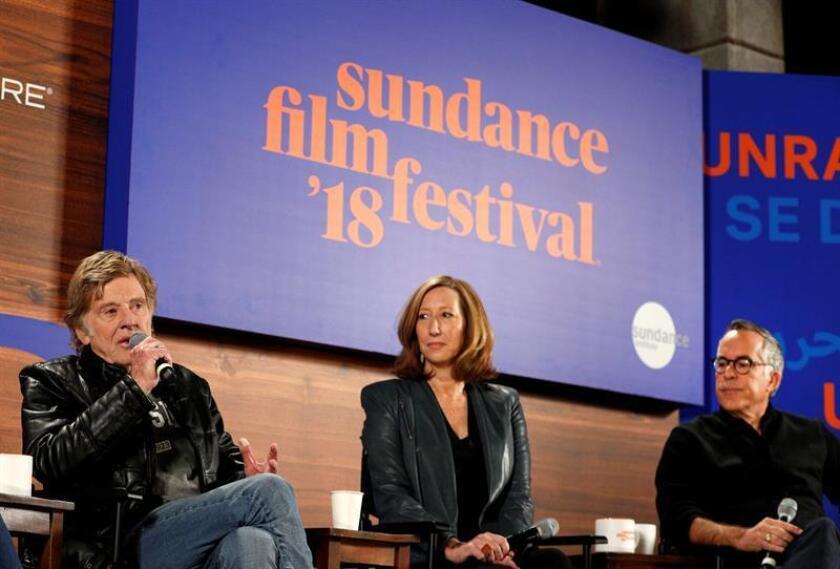 (i-d) El actor estadounidense y fundador del festival Robert Redford, la directora ejecutiva del Sundance, Keri Putnam, y el director del festival John Cooper, brindan la conferencia de prensa inaugural del Festival de Cine de Sundance 2018 hoy, jueves 18 de enero de 2018, en Park City, Utah (EE. UU.). EFE