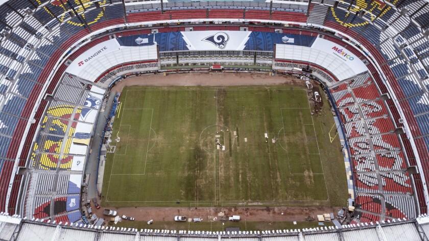 La foto desde el aire muestra el mal estado del césped del Estadio Azteca, el martes 13 de noviembre de 2018, día en que se le retiró a ese inmueble la sede de un partido de la NFL previsto para el próximo lunes (AP Foto/Christian Palma)