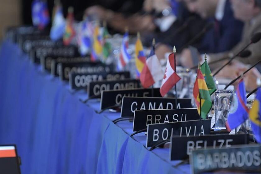 Vista general de los nombres y banderas de los países de los embajadores ante la OEA durante las sesiones de la 70ª Asamblea General hoy, martes 5 de junio de 2018, en la sede del organismo en Washington (Estados Unidos). EFE