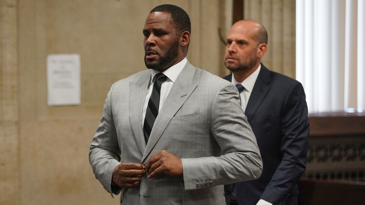Singer R. Kelly appears at the Leighton Criminal Court Building in Chicago on June 6, 2019, where he pleaded not guilty to new charges.