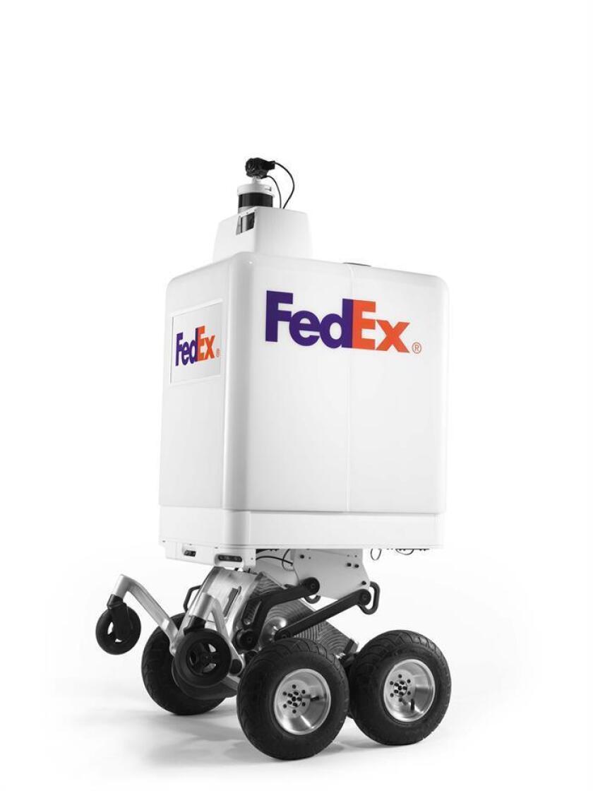 """Fotografía cedida por la compañía de mensajería FedEx donde se aprecia el """"SameDay Bot"""", un robot diseñado para llevar a cabo entregas de productos a domicilio, presentado este miércoles en San Francisco, California (EE. UU.). EFE/FedEx"""