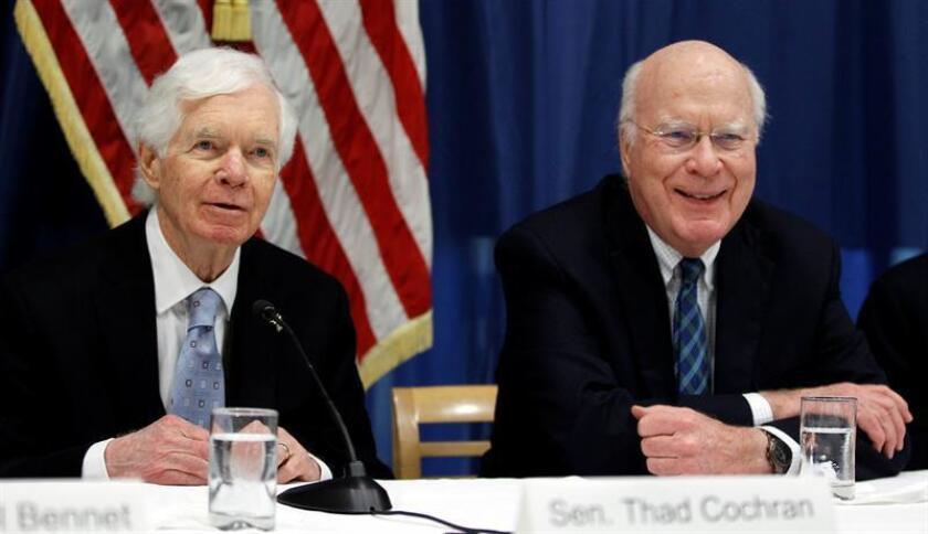 Los senadores estadounidenses, el demócrata Patrick Leahy (d, Vermont) y el republicano Thad Cochran (i, Misisipi), participan en una conferencia de prensa. EFE/Archivo