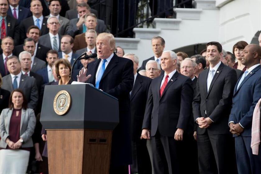 El presidente de los Estados Unidos, Donald Trump (c), acompañado de los miembros republicanos del Senado y la Cámara, ofrece una rueda de prensa sobre la aprobación de la reforma fiscal. EFE/ARCHIVO