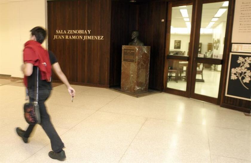 """Vista de la entrada a la sala """"Zenobia y Juan Ramón Jiménez"""", de la Universidad de Puerto Rico, donde dio clases el poeta y Premio Nobel español que será recordado mañana a los 50 años de su muerte en el país caribeño donde fallecieron su esposa y él. EFE/Archivo"""