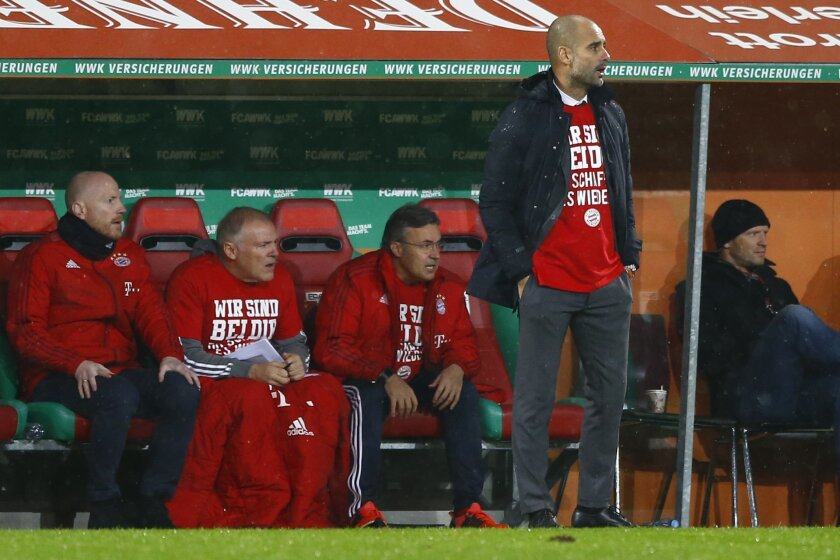 Bayern head coach Pep Guardiola, right, watches his team during the German first division Bundesliga soccer match between FC Augsburg and FC Bayern Munich at the WWK Arena in Augsburg, Germany, Sunday, Feb. 14, 2016. (AP Photo/Matthias Schrader)