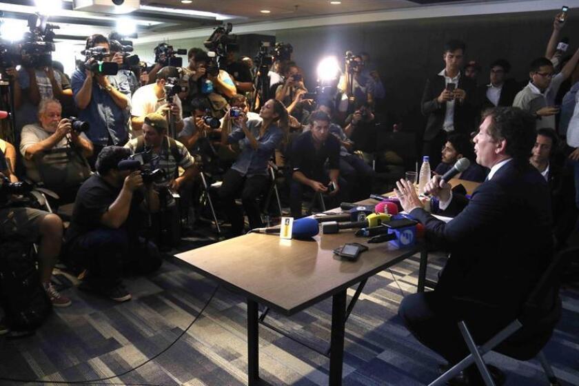El presidente de la Confederación Sudamericana de Fútbol (Conmebol), Alejandro Domínguez (d), fue registrado este martes, durante una rueda de prensa, en Luque (Paraguay), donde anunció que el partido de vuelta de la final de la Copa Libertadores 2018, entre River Plate y Boca Juniors, se jugarría en una plaza neutral, el 8 o 9 de diciembre próximo. EFE