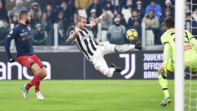 Stefano Sturaro (c) patea el balón durante un partido con el Juventus. EFE/Archivo