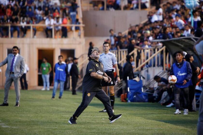 El entrenador de los Dorados de Sinaloa, el argentino Diego Armando Maradona (c). EFE
