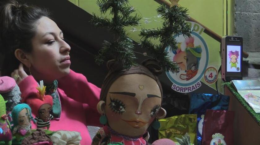 Fotograma que muestra a una de 30 mujeres emprendedoras ofrecen hoy y mañana sus productos artesanales para luchar contra la violencia económica, en el Centro Cultural de España de México (CCEMX), en el marco de los 16 días de activismo contra la violencia de género. EFE/MÁXIMA CALIDAD DISPONIBLE