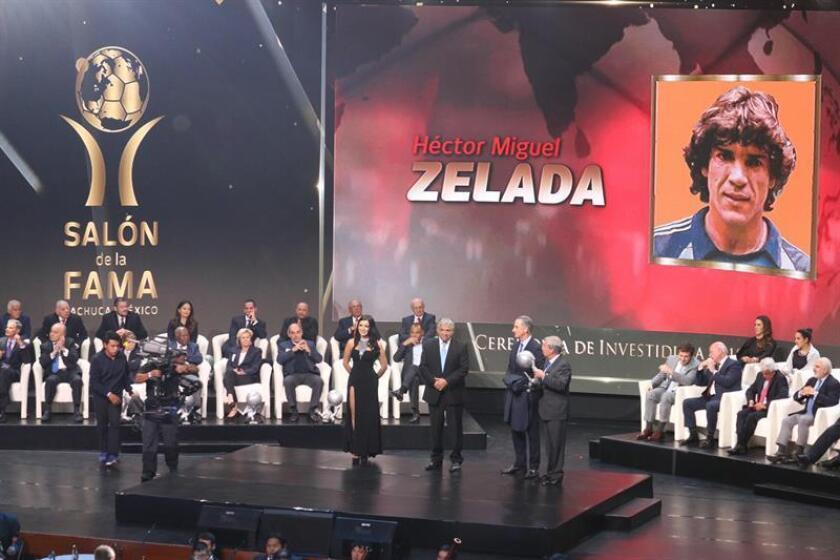 El ex guardameta argentino Héctor Miguel Zelada (c) es homenajeado hoy durante la Ceremonia de Investidura del Salón de la Fama Pachuca 2018, celebrada en la Ciudad de Pachuca (México). EFE