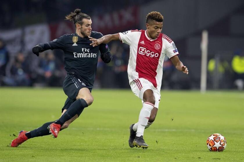David Neres (d) del Ajax disputa el balón con Gareth Bale (i) del Real Madrid durante el partido de ida por los octavos de final de la Liga de Campeones de la UEFA entre el Ajax Amsterdam y el Real Madrid, en Amsterdam (Holanda). EFE/Archivo