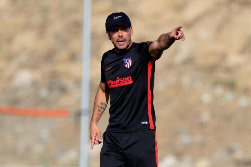 El entrenador del Atlético de Madrid, Diego Pablo Cholo Simeone, durante el entrenamiento del equipo en Los Ángeles de San Rafael (Segovia). EFE/ Juanjo Martín