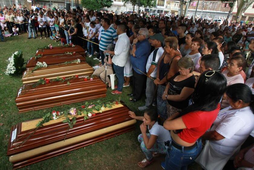 Cientos de personas asisten a una misa ante cinco féretros de las personas que fallecieron el pasado 14 de agosto de 2018 en un accidente de autobús en Ecuador. EFE/Archivo