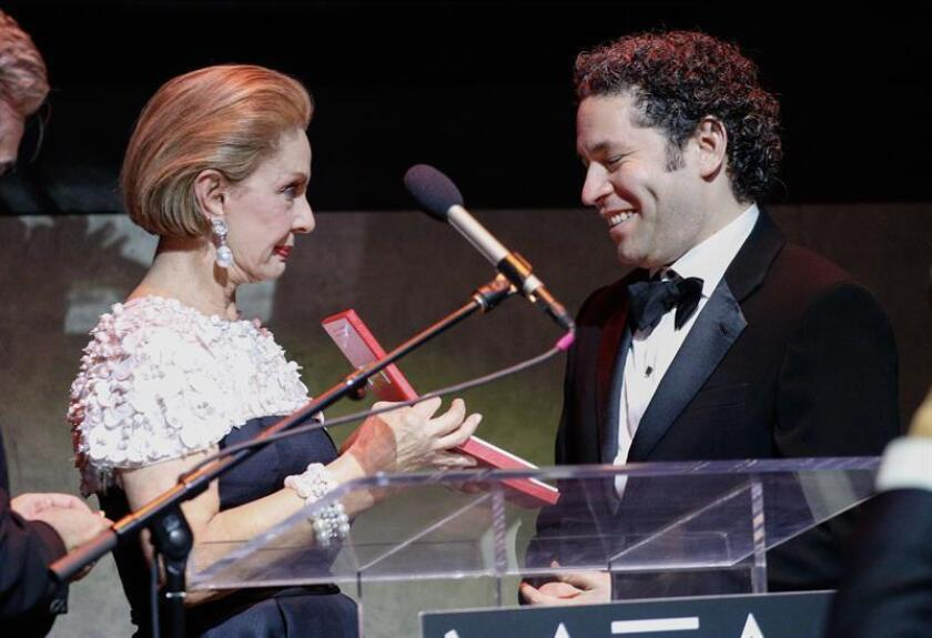 Venezuelan conductor and violinist Gustavo Dudamel (right) receives the 2018 Paez Medal of Art from Venezuelan fashion designer Carolina Herrera during a gala in New York on Dec. 18, 2018. EPA-EFE/Kena Betancur