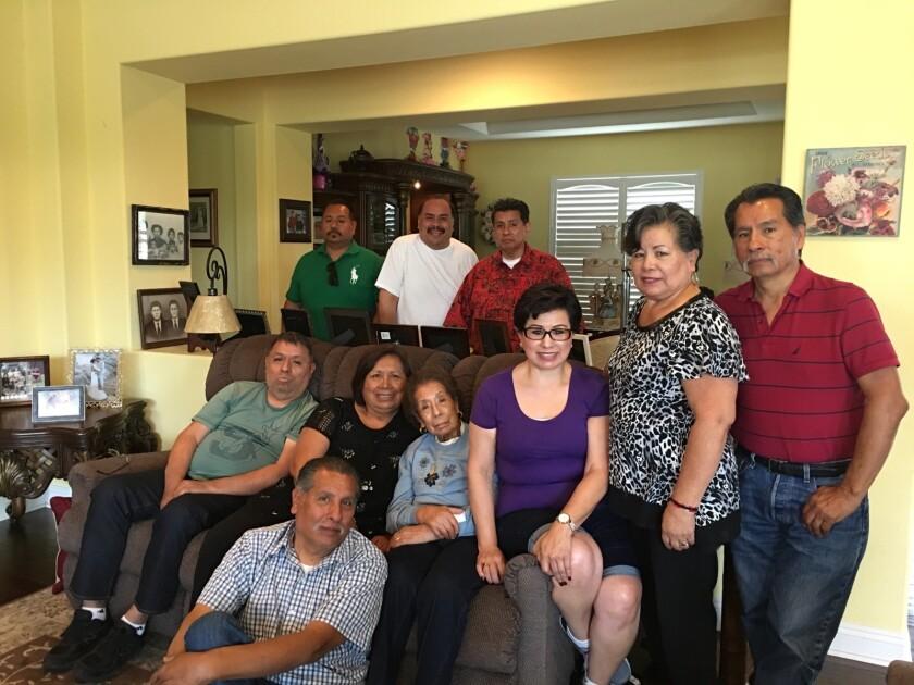 Dolores Robledo con sus hijos, sobrinos y sobrinas en su casa de Escondido el 28 de abril de 2019.