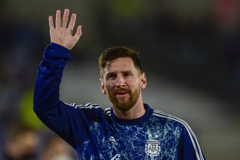 El delantero argentino Lionel Messi saluda al público previo al partido Uruguay