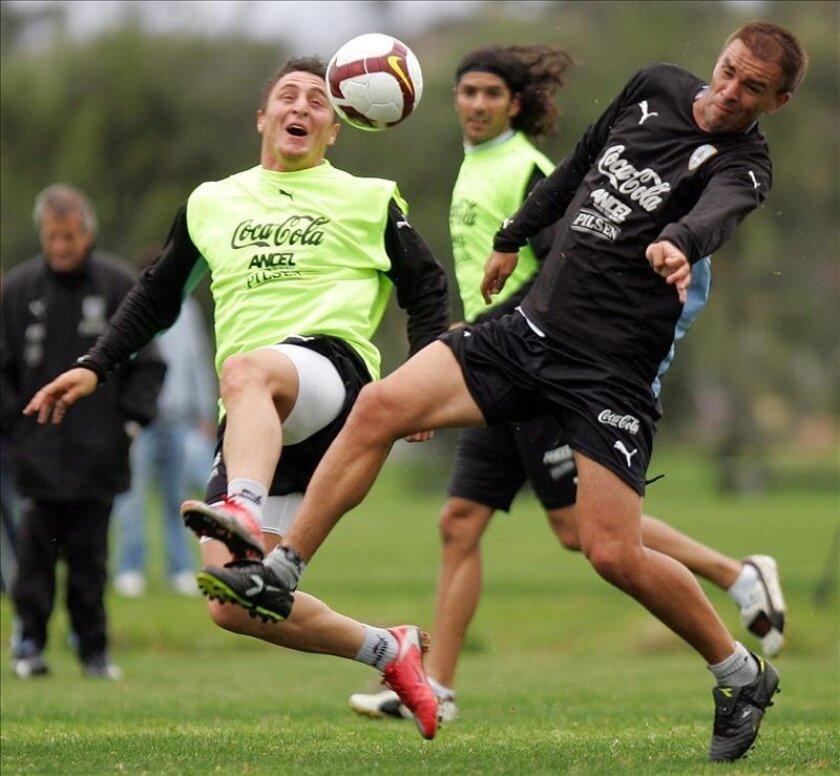 En la imagen, el jugador de la selección uruguaya de fútbol Carlos Valdez (d). EFE/Archivo