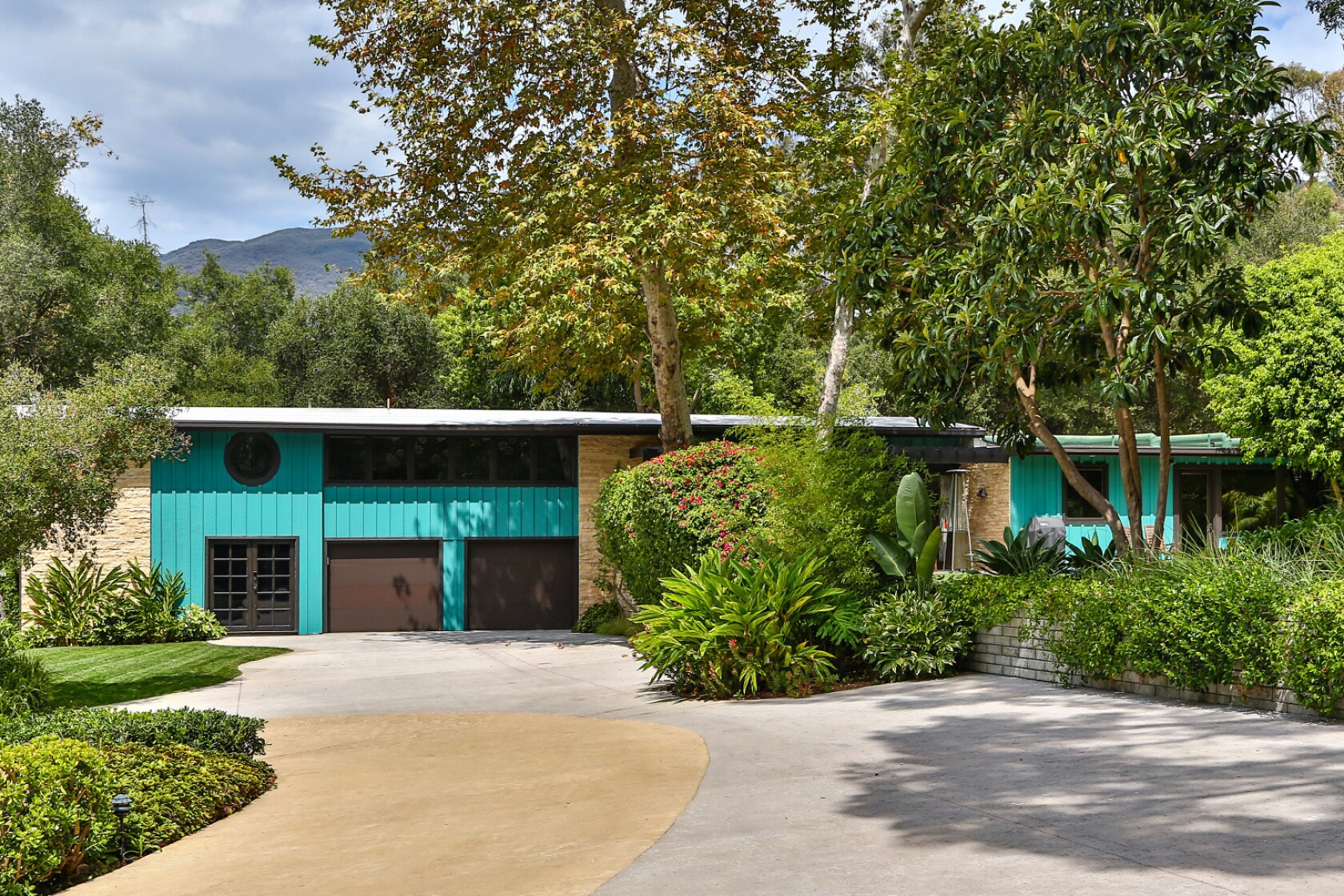 Miley Cyrus Buys A Scenic Retreat In Malibu For About 2 5 Million Los Angeles Times