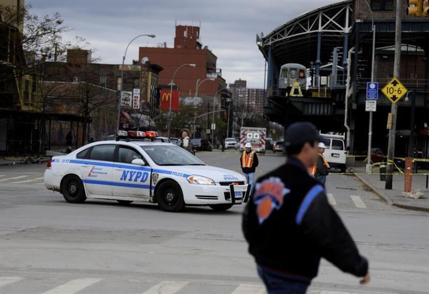 Un policía fuera de servicio y otras dos personas resultaron heridos de bala hoy en el distrito de El Bronx, en circunstancias que aún no han sido esclarecidas por las autoridades. EFE/Archivo