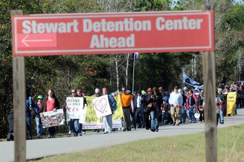 Vista de varias personas manifestándose cerca del Centro de Detención de Stewart. EFE/Archivo