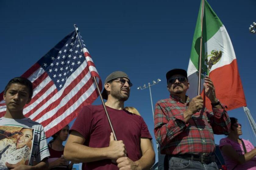 Veteranos de guerra de los Estados Unidos participan en una vigilia del Día de los Veteranos en la frontera entre México y Estados Unidos, en Tijuana (México). EFE/David Maung/Archivo