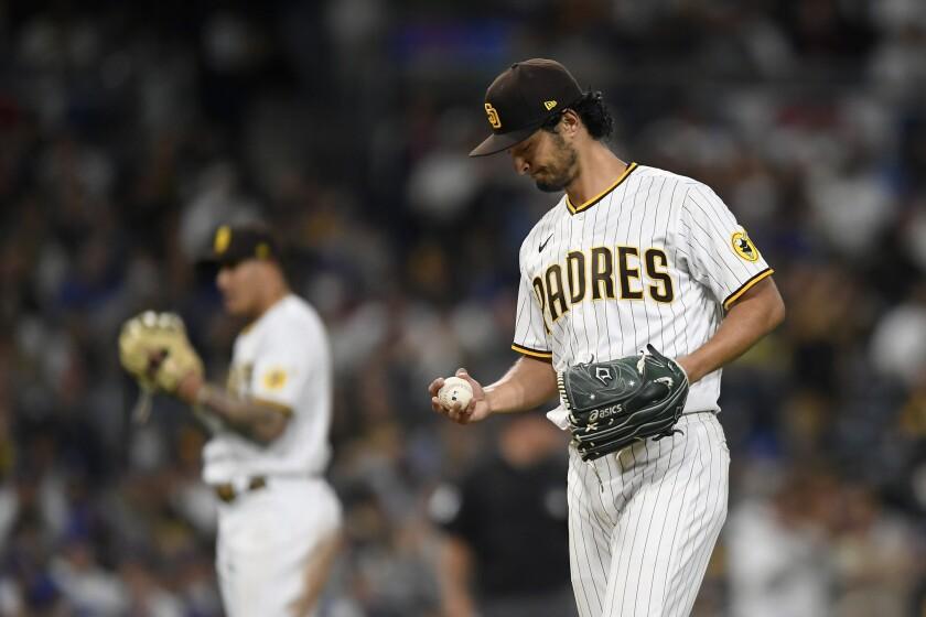 El pitcher abridor de los Padres de San Diego Yu Darvish (11) mira a la pelota tras lograr el 1.500mo ponche de su carrera