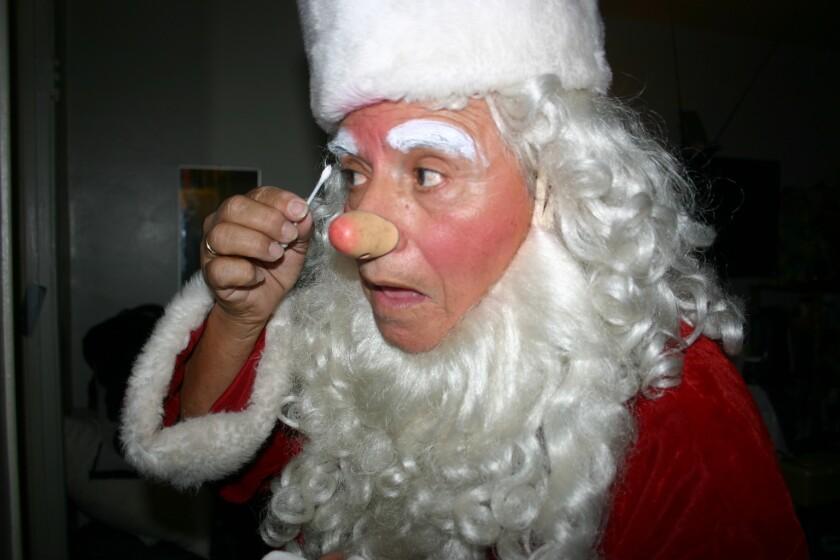 Cada año, Rafael López caracteriza a Santa Claus en Navidad. Con la difusión de los payasos espeluznantes tiene temor de salir a la calle vestido con su disfraz.