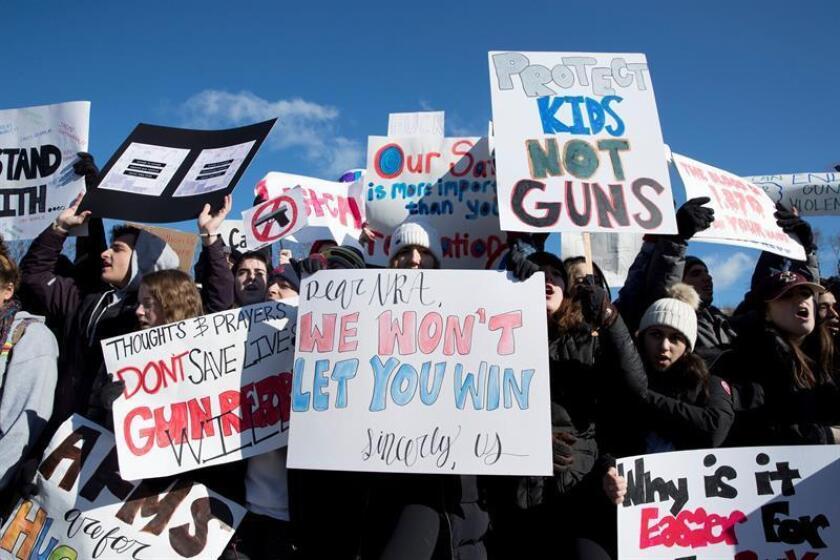 Estudiantes participan en el paro realizado a nivel nacional para protestar contra la violencia por armas de fuego, ante la Casa Blanca en Washington DC, Estados Unidos. EFE/Archivo