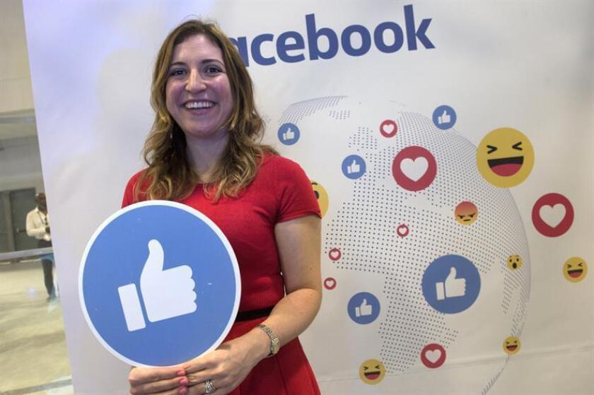 La coordinadora de estrategias comerciales para Facebook América Latina, Francesca de Quesada, sonríe en el estand de Facebook en el foro tecnológico eMerge Americas. EFE/Archivo