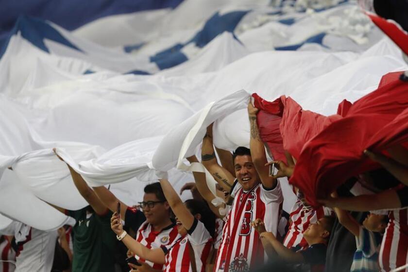 En la imagen un registro de aficionados del club de fútbol mexicano Chivas de Guadalajara. EFE/Archivo